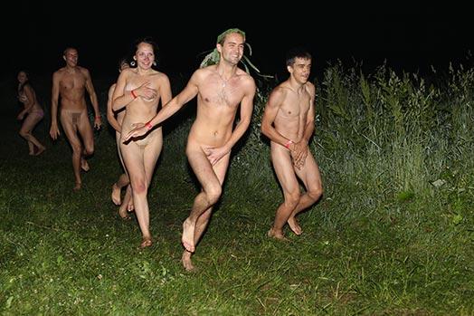 голые девки бегают фото