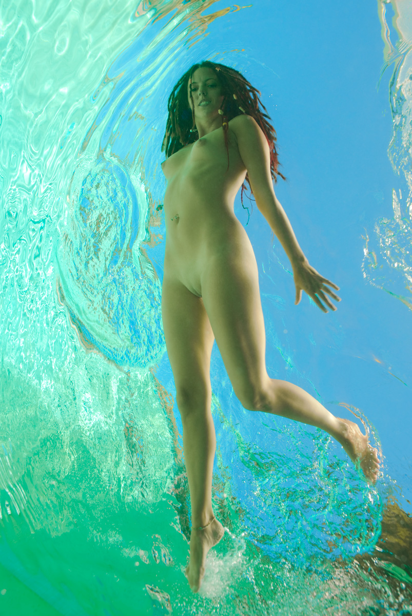 golie-v-vode-zhenshini-video
